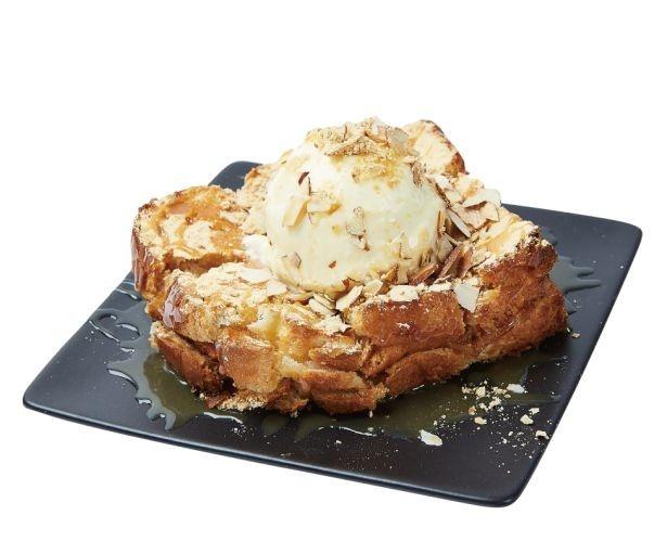 【写真を見る】モチを挟んだトーストにきな粉やハチミツ、アーモンドの他にアイスをトッピングしたボリュームたっぷりのホットスイーツ「きな粉餅ハニーバタートースト」(750円)
