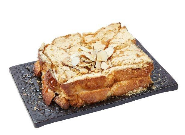 モチを挟んだトーストにきな粉やハチミツ、アーモンドをトッピングした「きな粉餅トースト」(550円)