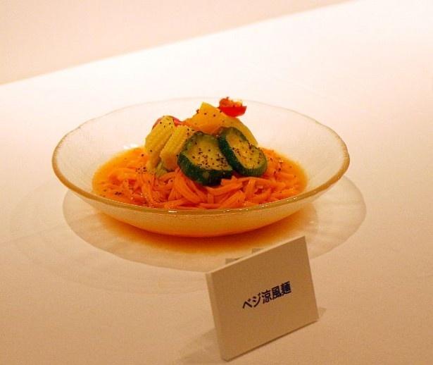 「ベジ涼風麺」(572円)はキャベツ・ズッキーニ・パプリカ2種・ヤングコーンが色鮮やかにトッピングされている