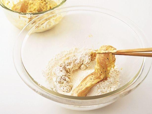 ささ身は、下味の汁けを拭き取らずに小麦粉をしっかりまぶしつけ、すぐに揚げる