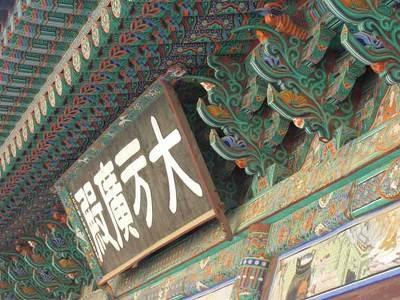 緑や赤など配色豊かな装飾が韓国寺院の特徴だ