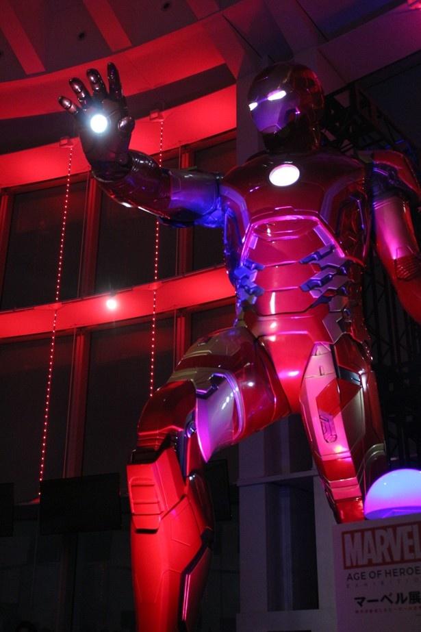 【写真を見る】全長5メートル!超巨大アイアンマンがライトアップ!