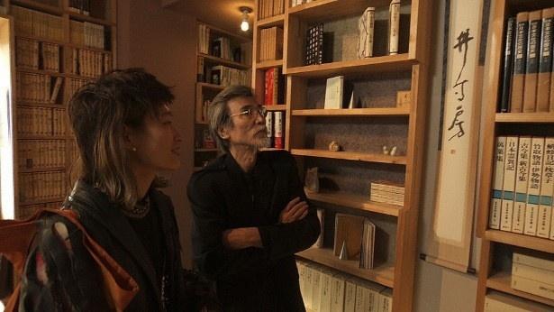 後半は松岡正剛氏の仕事場でコムアイがインタビュー