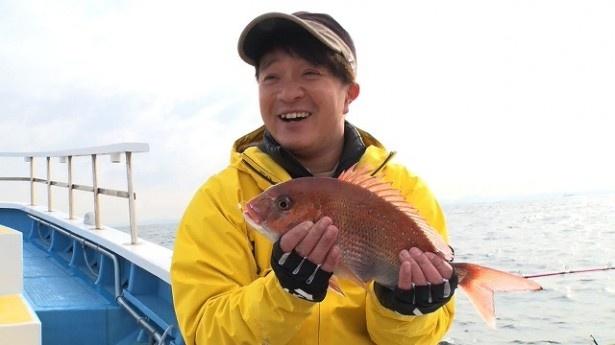 【写真を見る】うれしい釣果に満面の笑顔!