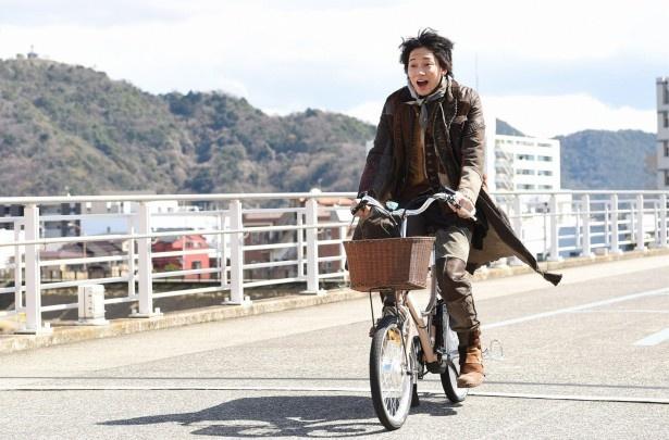 【写真を見る】初めての自転車に、怪物(綾野剛)のテンションも上昇!?