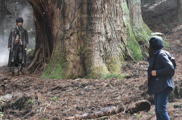 怪物と継実(二階堂ふみ)は、森の中で運命の出会いを果たす
