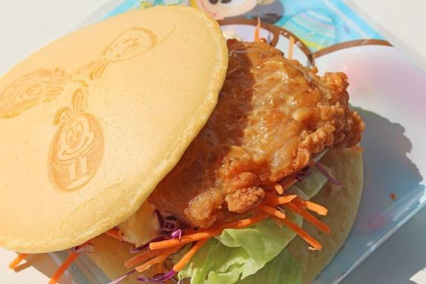 ほんのり甘いパンケーキが、ジューシーなチキン竜田揚げにマッチ!