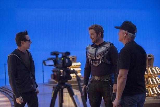 撮影現場で主演のクリス・プラットと談笑するジェームズ・ガン監督