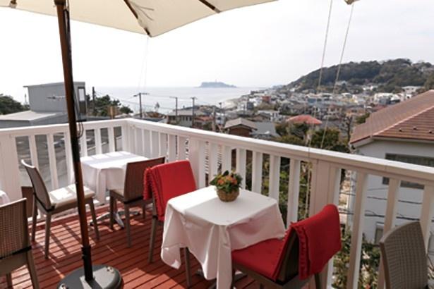 【写真を見る】リストランテ 鎌倉フェリーチェは、海を一望できるテラス席が特等席