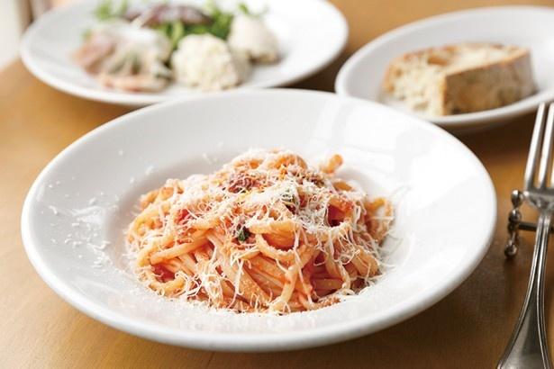 ランチセット(1620円)の定番、リングイネとトマトとペコリーノチーズ