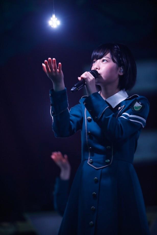 【写真を見る】ステージ上で圧倒的な表現力を見せるセンター・平手友梨奈!