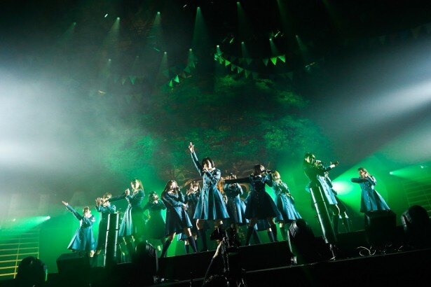 デビュー1周年ライブを成功させた欅坂46。ステージ後方には巨大な欅の木が