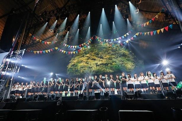 欅坂46&けやき坂46(ひらがなけやき)一同で歌う「W-KEYAKIZAKAの詩」もバックには大きな欅の木が!