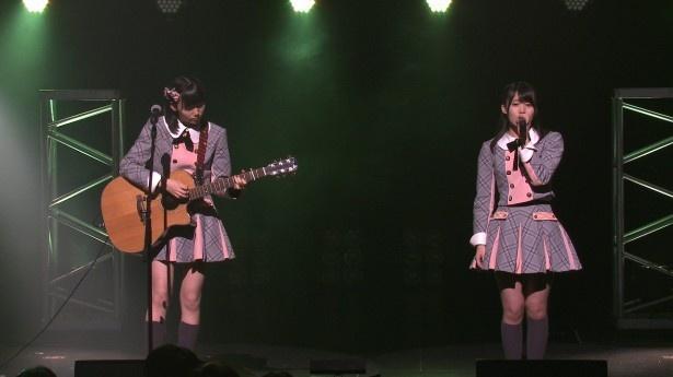 AKB48 Team 8は、長久玲奈(左)のギター、岡部麟(右)の歌で弾き語りカバー