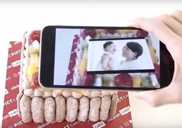 【写真を見る】ケーキにプリントされた写真がスマホを通して動き出す! これなら普段伝えられなかったメッセージも伝えられるかも?!