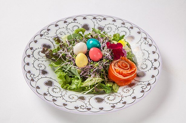 【写真を見る】カラフルなタマゴがかわいらしい「カラフルエッグのイースターサラダ」(980円)
