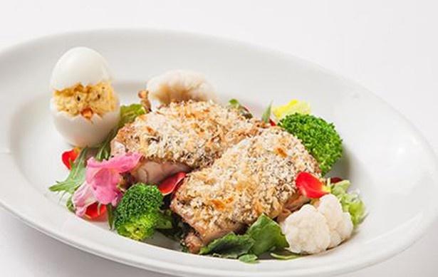 オーブンでじっくりと焼かれた鶏肉が食欲をそそるメイン料理。ちょこんと乗ったヒヨコがキュート