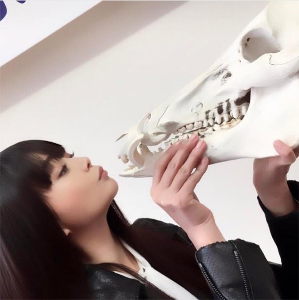 【写真を見る】頭蓋骨とキス(!?)する観月ありさ