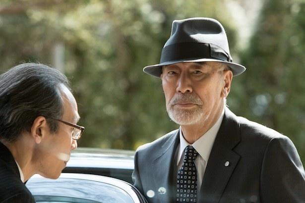 日本最大の新聞社、日本新報の社長を演じる中村敦夫