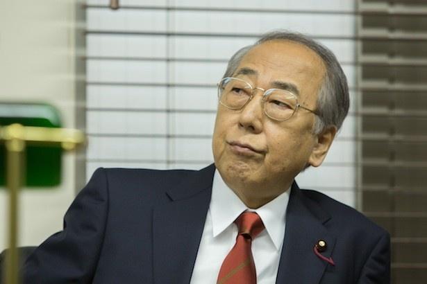 岸部一徳は、日本の政治の裏工作を一手に引き受けてきた国会議員を演じる