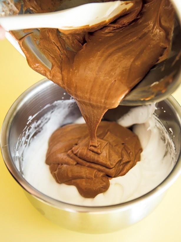 【写真を見る】チョコレートスフレ作りのポイントは、メレンゲにあり!  潰さないよう混ぜ過ぎに注意して
