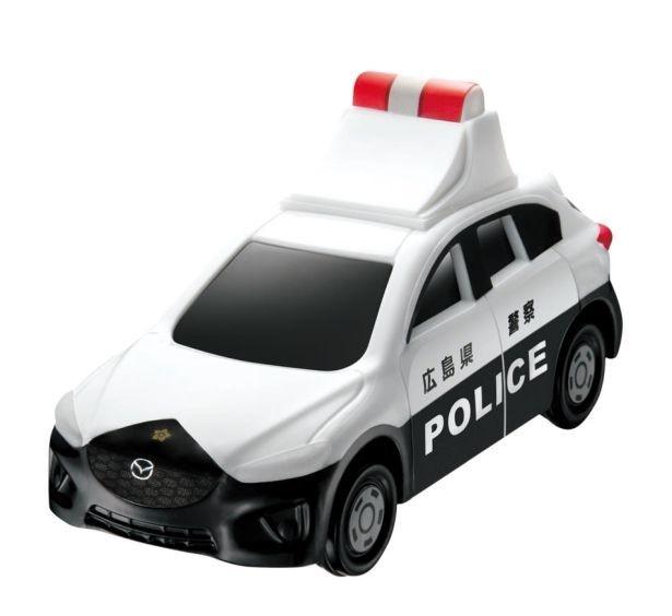 赤色灯下の電光掲示板の文字が見る角度によって変わる「マツダ CX-5 パトロールカー」