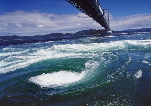 鳴門海峡に登場する世界最大の渦絵巻き「鳴門の渦潮」(兵庫)