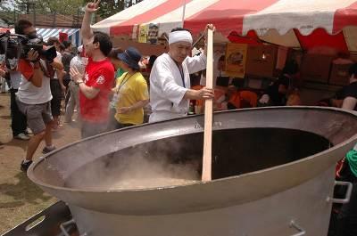大きな鍋で作られる「八戸せんべい汁」