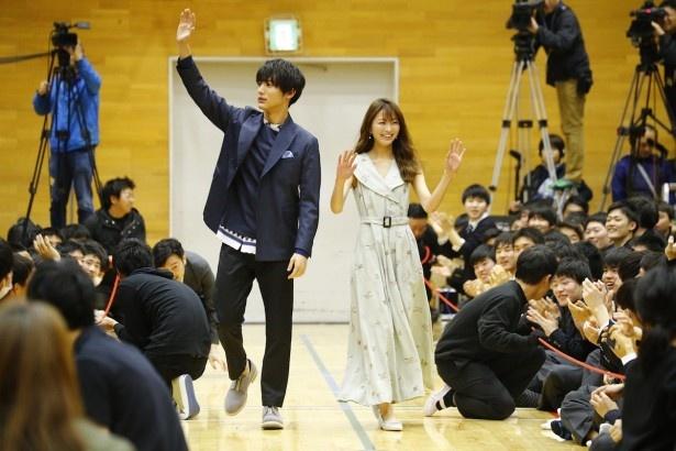 高校をサプライズ訪問した中川大志&岡崎紗絵