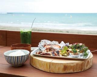 テラス席で炭火焼き四種盛り定食¥1,600を。テリヤキチキンにサーモンのホイル焼き、鎌倉野菜のグリル、牛スジ煮込み