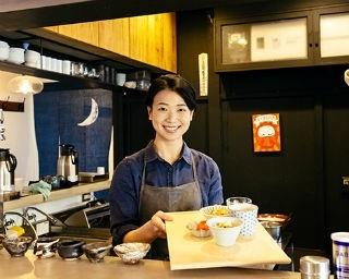 SOBA BARふくやでは、スタッフの守永江里さんが作る朝ご飯も絶品。毎朝7:30~食べられるので、まず腹ごしらえをしてから鎌倉散策に出かけよう!