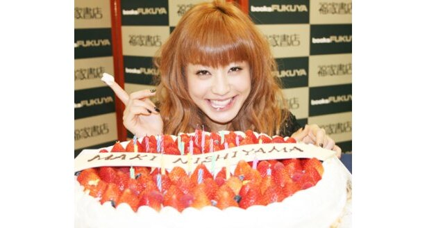発売日に24歳の誕生日を迎え、バースデーケーキに大喜び