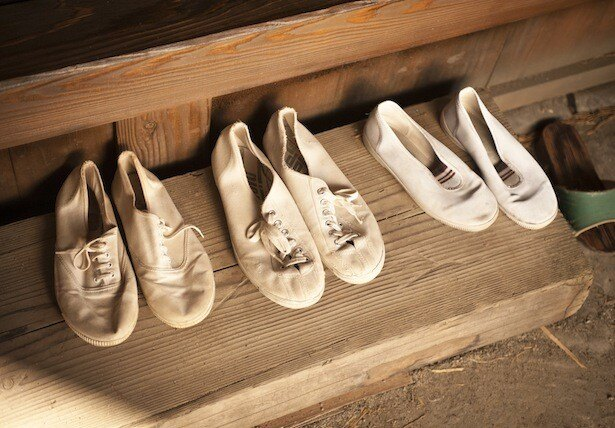 「靴ブラシの稲刈り」のシーンで、奥に置かれていた靴は劇中に実際に登場する靴
