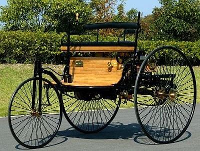 世界最初のガソリン自動車の「ベンツ パテント モトールヴァーゲン」(1886年、レプリカ)。世界初ガソリン自動車で世界初ドライブをしたのはベンツ夫人のベルタベンツだとか