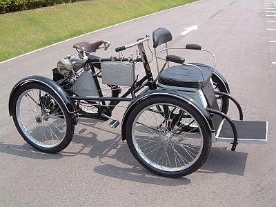ペダルのあるガソリン自動車「ド ディオン ブートン 1 3/4HP」(1899年)もともと1人乗りの3輪車だったのが、2人乗りの4輪車になったのだそう。どこに乗るのかは現地で確認を