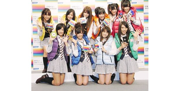 「バーベイタム」の発表会に登場したAKB48のメンバーたち