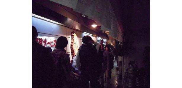 暗くて見づらいかもしれないが、店の前の行列