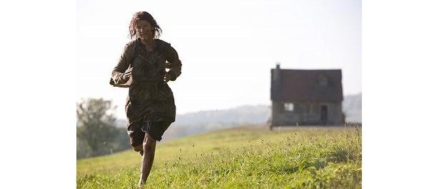 家族を虐殺され、命からがら逃げ出すショシャナ。扮するのは新進女優メラニー・ロラン