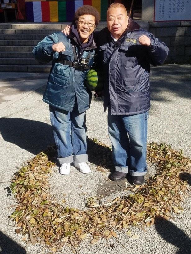 35年ぶりにバイクに乗るという具志堅用高(左)と旅する出川哲朗(右)