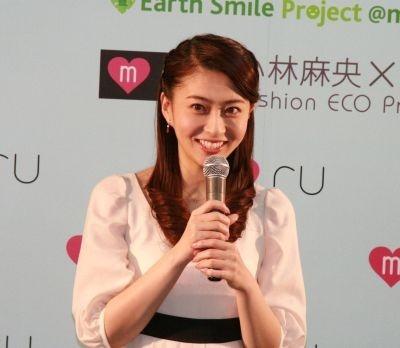 """""""ファッションエコプロジェクト""""についてPRする小林麻央さん"""
