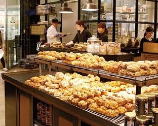 店内奥にある工房で続々とパンが焼き上げられる。たくさんのスコーンやクッキーも人気/THE CITY BAKERY
