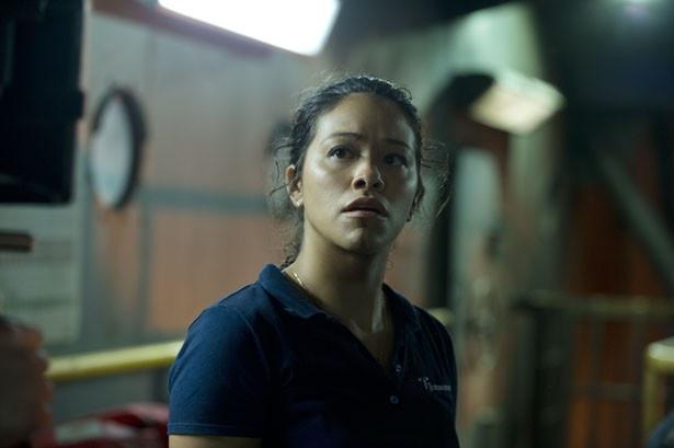 ジーナ・ロドリゲスは管制室で事故に遭遇する女性作業員アンドレアを演じる