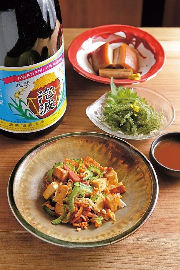 豆の味の濃い島豆腐も美味な「ゴーヤチャンプル」(手前・918円)、プチプチッとした歯応えの「海ぶどう」(中・637円)など沖縄料理がズラリ/沖縄 SOUL FOOD じゃむ