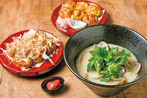 「あさり鶏白湯ラーメン」(右・842円)、「たこ焼・すっぴん(奥)」「たこ焼き・ソース(左)」(各324円)/大衆酒場 ながはま