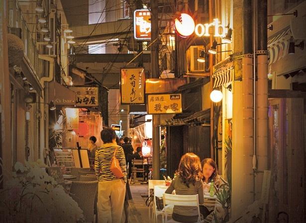 【写真を見る】ウナギの寝床のような細い路地の両側に名店が並び、連日縁日のような盛り上がりを見せる「お初天神裏参道」