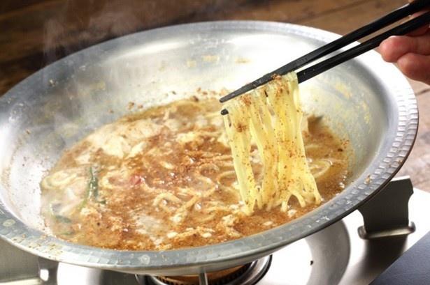 【写真を見る】〆の「ごま塩坦々麺」