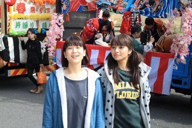 「岐阜にイジュー!」で主演を務める柳英里紗と水崎綾女(左から)