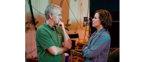 話を交わすジェームズ・キャメロン監督と出演のシガーニー・ウィーバー