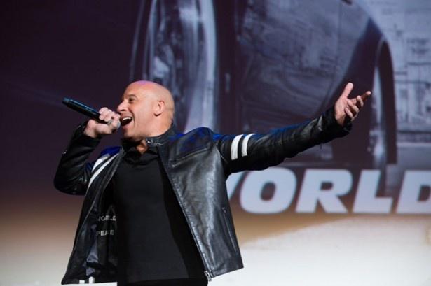 プロデューサーも務めるヴィン・ディーゼルは会場に集まったファンに感謝の言葉を述べる