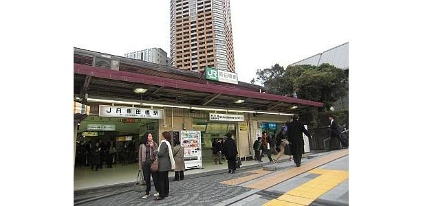 駅の外に出ればすぐ、JR飯田橋駅も
